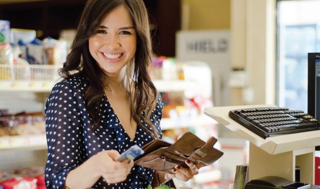 mujer-paga-la-cuenta (1)